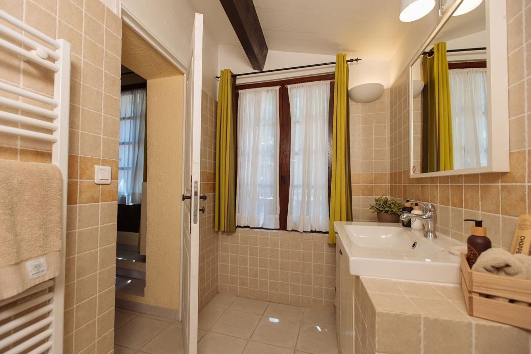 Montand bathroom 1